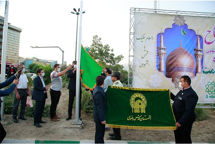 پرچم حرم امام رضا(ع) در میدان صادقیه تهران به اهتزاز در آمد