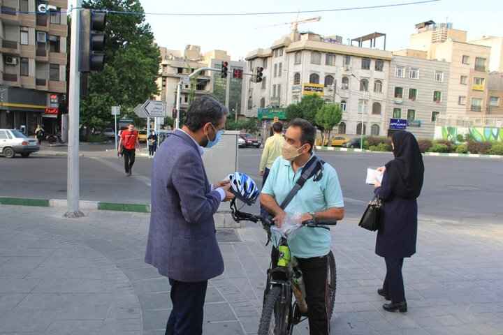 اهدای تجهیزات ایمنی به شهروندان دوچرخهسوار
