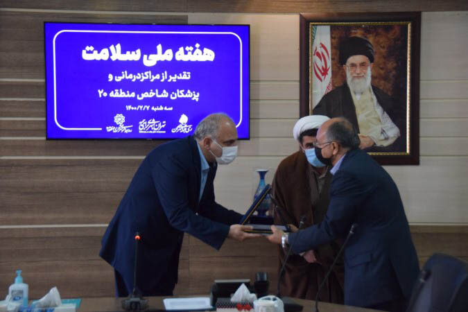 اعطای نشان خدمت به پزشکان با سابقه در منطقه ۲۰ تهران