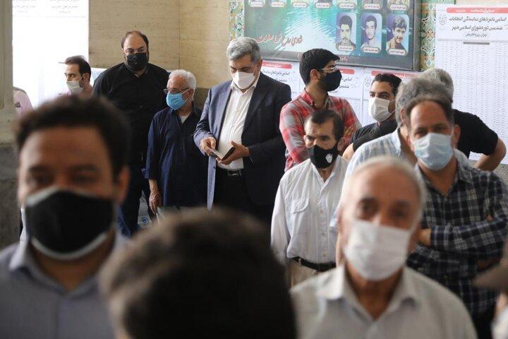 حضور شهردار تهران در مسجد النبی برای شرکت در انتخابات