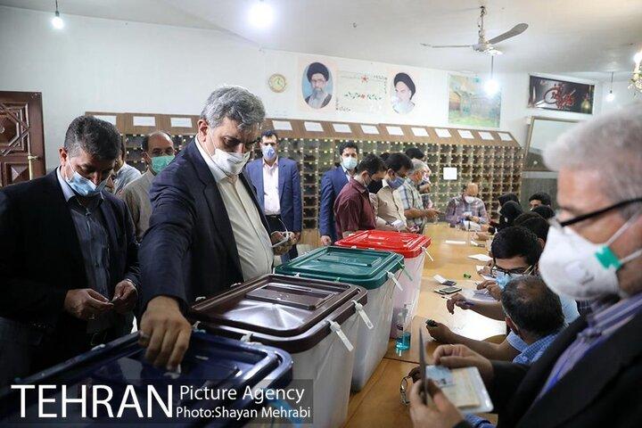 حضور شهردار تهران در انتخابات ۱۴۰۰