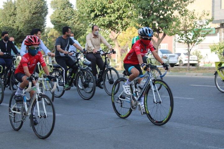 همراهی دو کودک دوچرخه سوار تهرانسری در سه شنبه بدون خودروی منطقه۲۱