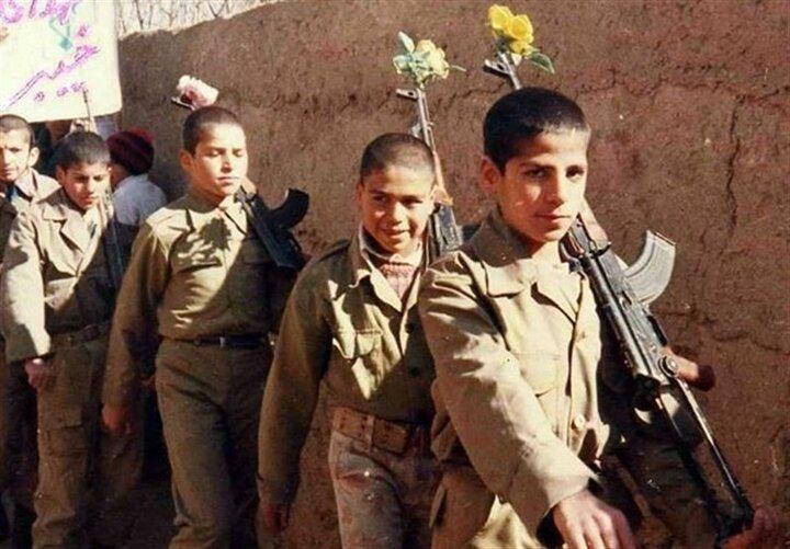نواخته شدن زنگ دانش آموز شهید در قطعه شهدای گمنام