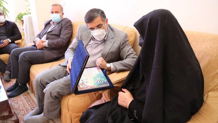 دیدار شهردار منطقه ۶ با مادر شهیدان سروری